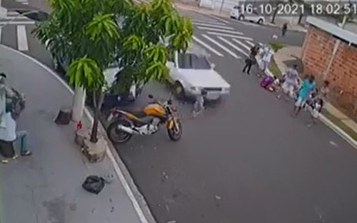 Menino de 2 anos é arrastrado após atropelamento e sofre apenas 'ralado' no rosto em Marília — Foto: Reprodução/Câmera de segurança