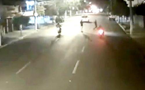 Um dos jovens tentou correr durante a travessia, mas foi atingido pela motocicleta — Foto: Reprodução/Sistema de Monitoramento da Prefeitura