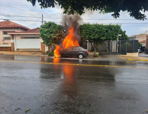 Carro pegou fogo na Rua Tapuias com a Rua Potiguaras, em Tupã. — Foto: Redes Sociais / Reprodução