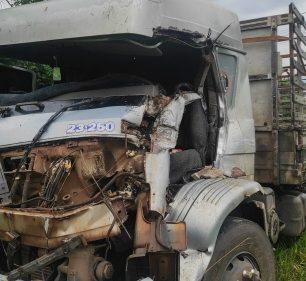Caminhão que vinha atrás teve cabine completamente destruída — Foto: Tupãense Notícias /Reprodução